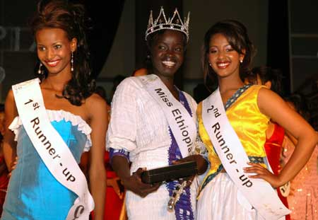 Winner of the title of Miss Ethiopia 2009 Chuna Okaka (C) poses with the first runner-up Meron Getachew (L) and the second runner-up Samrawit (R) during the Miss Ethiopia 2009 Beauty Pageant in Addis Ababa, capital of Ethiopia, Jan. 18,