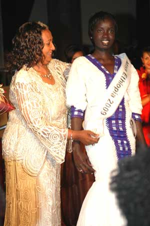 Winner of the title of Miss Ethiopia 2009 Chuna Okaka (R) wears the cordon during the Miss Ethiopia 2009 Beauty Pageant in Addis Ababa, capital of Ethiopia,
