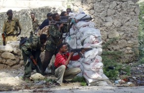 Somali government soldiers take position during a street battle against Islamist gunmen north of Somalia���s capital Mogadishu