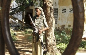 A hardline Somali Islamist carries his machine gun in southern Mogadishu