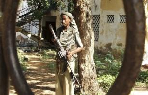 A hardline Somali Islamist carries his machine gun in southern Mogadishu